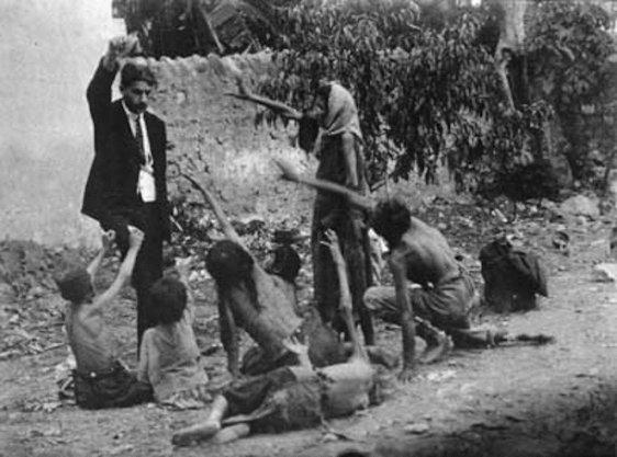 Funcionario turco tortura a los niños hambrientos de Armenia, mostrándoles un pedazo de pan durante el genocidio armenio en 1915.