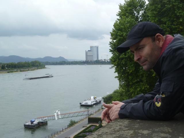 El poeta kurdo  Hussein Habasch contemplando el río Rin en Bonn / Actualidad Kurda