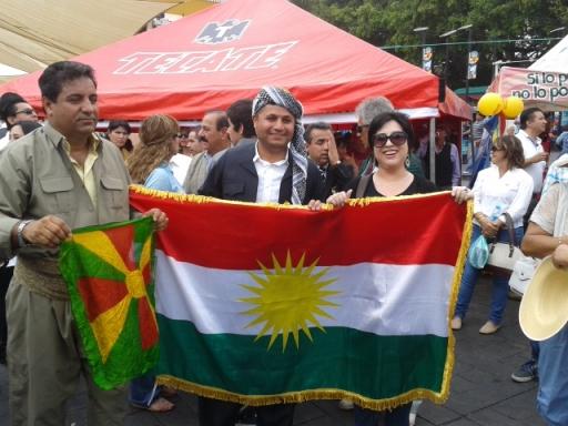 Ronak sujetando el extremo superior derecho del bandera kurda
