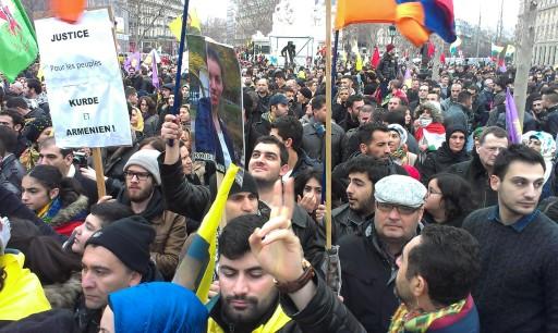 Manifestantes kurdos ayer en la capital francesa / Foto: Elisenda Panadés