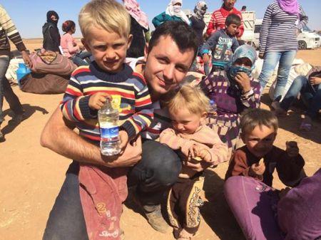 Alan Azad Kanjo con algunos parientes suyos en los primero días del éxodo kurdo hacia Turqía