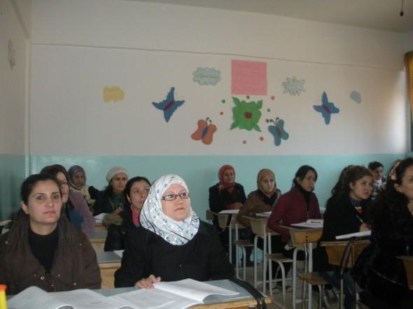 Estudiantes aprendiendo el idioma del Cervantes kurdo Ehmedê Xanê, autor de