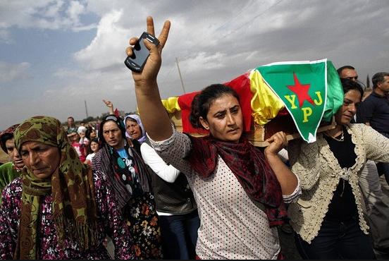Mujeres kurdasllevan a hombros el féretro de una combatiente delas Unidades de Protección Femeninas (YPJ, en sus siglas en kurdo)