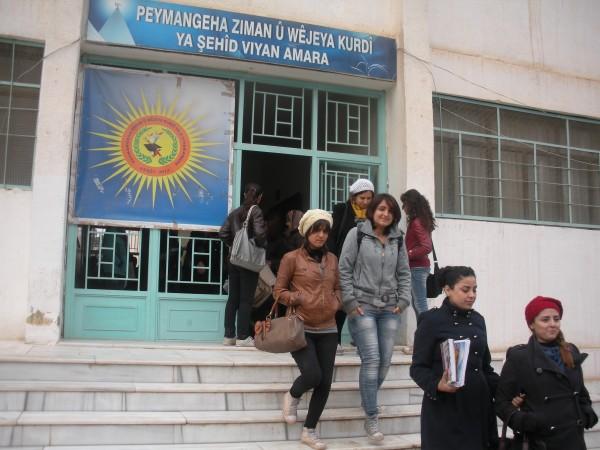 Estudiantes a la salida del instituto Viyan Amara