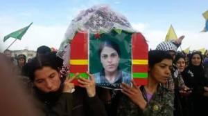 Varias guerrilleras del YPJ llevan a hombros el ataúd de Viyan Peyman / Facebook Viyan Peyman