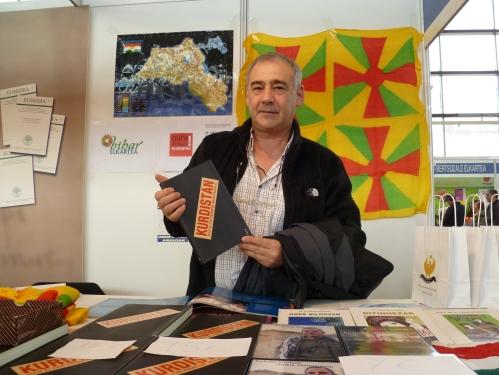 """Manuel Marorell  con su libro """"Kurdistán Viaje al País Prohibido"""". Foto: Actualidad Kurda"""